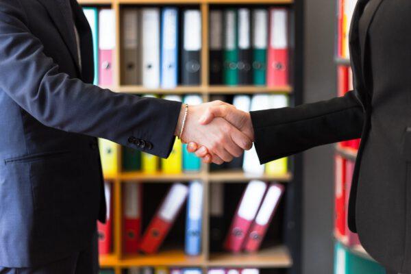 Hoe kan ik geld besparen in mijn contractonderhandelingen met Microsoft?