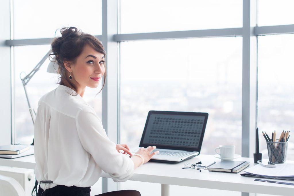 Vrouw werkend achter bureau